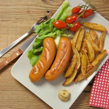 Wurstel Servelade grigliati con patate fritte e insalata