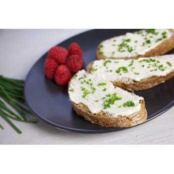 pane alla segale freddo, con formaggio spalmabile e erba cipollina