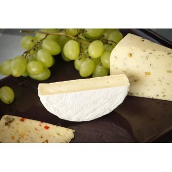Formaggio Camembert tagliato a metà, Formaggio Peperoni dolci e Timo (sinistra), Formaggio al Fieno Greco (destra)