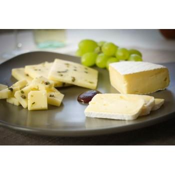 Formaggio Camembert (destra), Formaggio al Pepe e Cipolla (sinistra), mostarda (al centro)