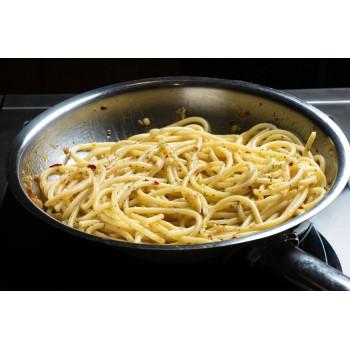 Spaghetti conditi con spezie per spaghettata piccante