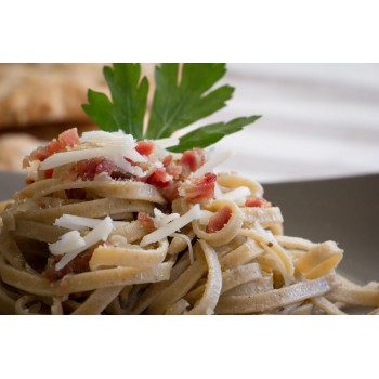 Fettuccine al pane di segale con speck a cubetti e formaggio Gran Capra