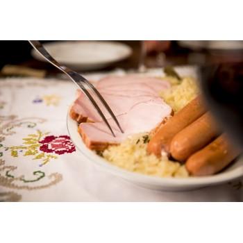 Classico piatto altoatesino con wurstel, crauti e braciole di maiale