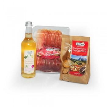 Tutto il necessario per un aperitivo a casa: sciroppo di sambuco per il Hugo, speck e pane croccante per gli stuzzichini