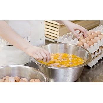 Le uova vengono rotte a mano per un maggior controllo di qualità