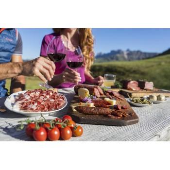 lo speck e i salamini, insieme al formaggio di montagna, sono la merenda per eccellenza