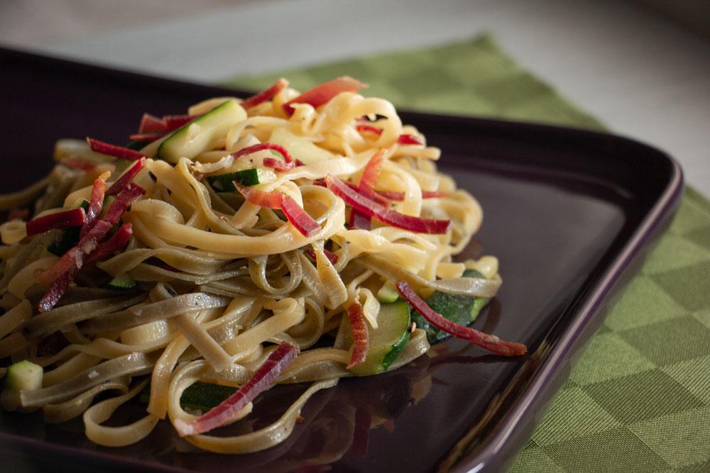 Fettuccine paglia e fieno con zucchine e speck